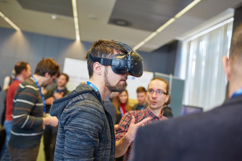 Stičišče virtualne in obogatene resničnosti za ustvarjanje prebojnih idej